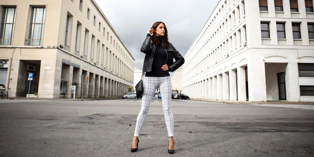 donna indossa i leggings principe di galles in città