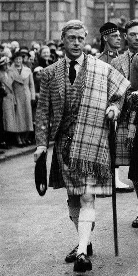 edoardo indossa il kilt e uno scialle in principe di galles