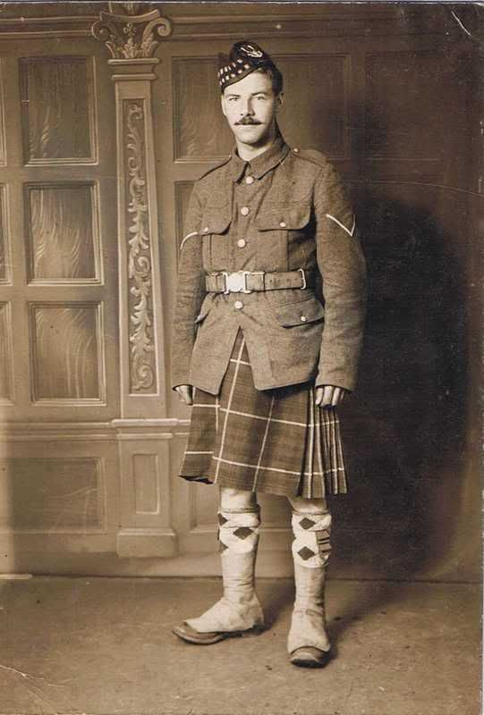 soldato scozzese in kilt in una vecchia foto