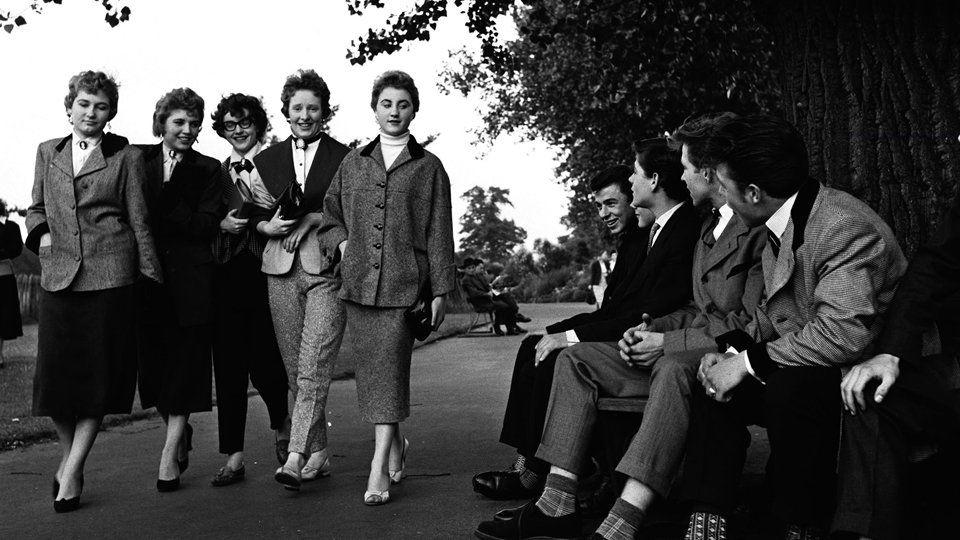 ragazzi e ragazze teddy in una foto degli anni '50