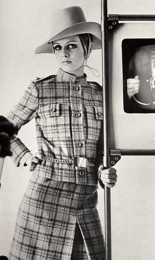 principe di galles donna: twiggy indossa un cappotto in principe di galles