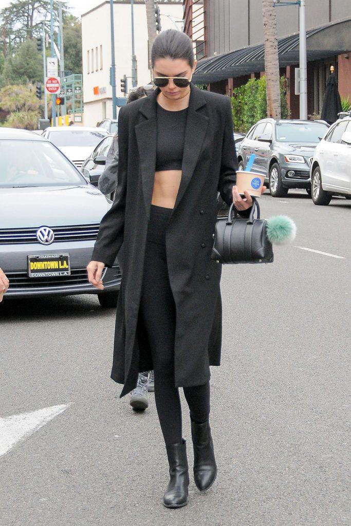 leggings inverno: total black con top e cappotto nero